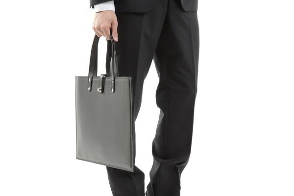 厚さ4ミリの「本革バッグ」が登場!必需品+αをスタイリッシュに持ち運ぶ、デジタル時代を生きるミニマリストに