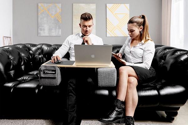 自宅のソファが仕事場に!「ソファで使用するパソコンデスク」が登場、左右のクッションが腕をサポート