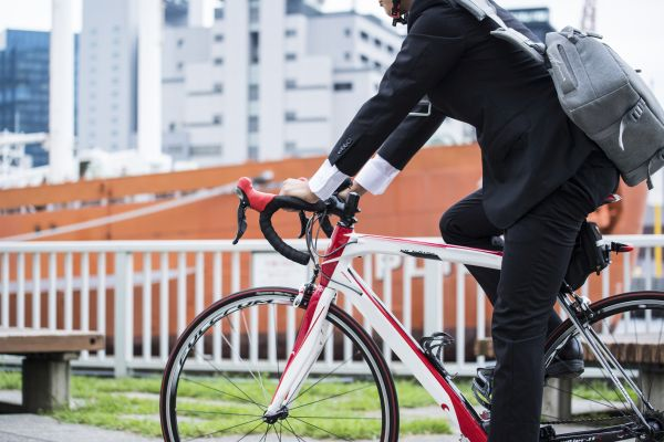 「新しい生活様式」で注目度高まる自転車通勤。コロナ以前は会社で自転車通勤を認められている人50.1%|au 損保調べ