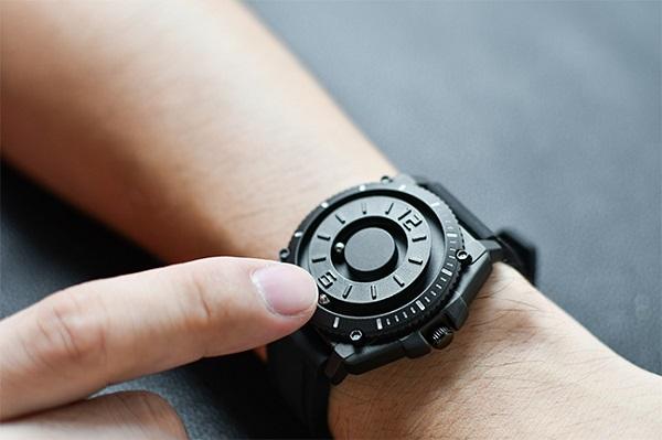 打ち合せや会議中に便利!見なくても時間がわかる「触る時計」登場、スーツにもカジュアルスタイルにも合う