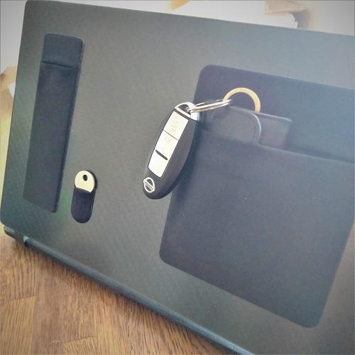 「あれ、どこにあったけ?」をなくしたい人必見!デスクトップなどに貼り付けて小物を収納できるポケットが登場