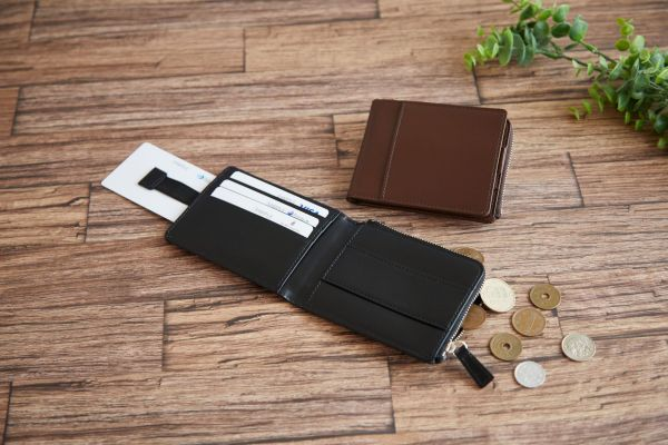 松阪牛レザーのラグジュアリーでミニマムな財布が登場!コンパクトで薄いのに収納力も抜群
