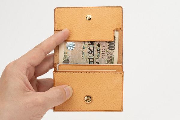 ビジネスシーンでも使える、コンパクト&大容量な「三つ折り財布」登場!お札を折らずに収納可能