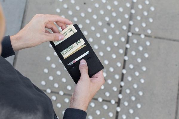キャッシュレスに最適化、フランス発のミニマル財布「WRAMER」日本上陸!カード10枚+お札も収納可