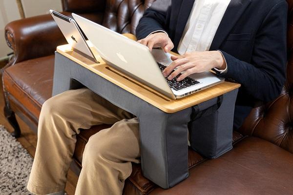 テレワークをもっと自由に!どこにでも持ち運べる「クッションデスク」登場、軽いのに安定性も抜群