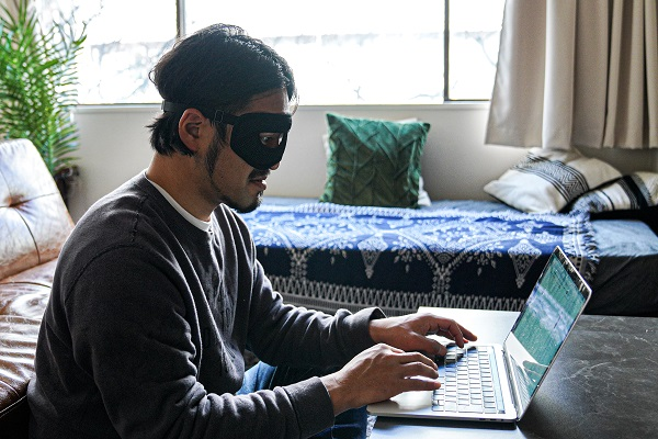 """目の疲れを""""ながらケア""""!視界を遮らない「プロテクションアイウォーマー」登場、メガネ・マスクと併用OK"""