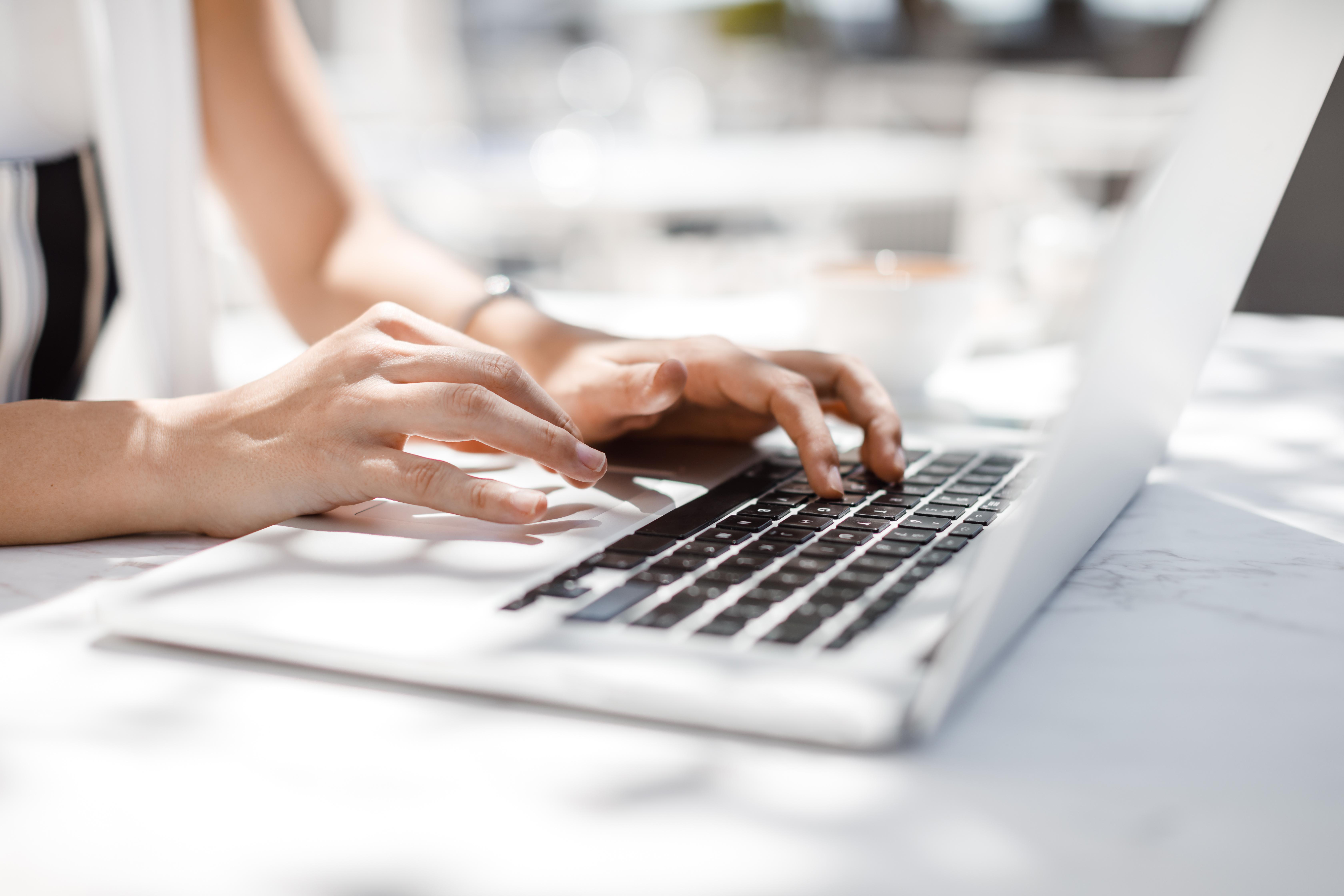 就活での質問メールの送り方は?5つのポイントと例文・お礼の書き方まで紹介