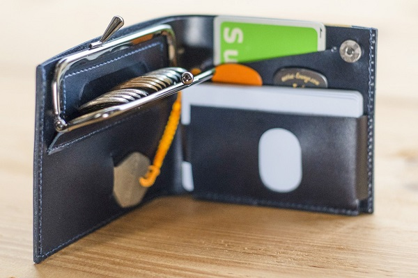 エジソンの弟子の曾孫にして、フリック入力の発明家が開発!薄くて、素早く取り出せる「2つ折りがま口財布」誕生