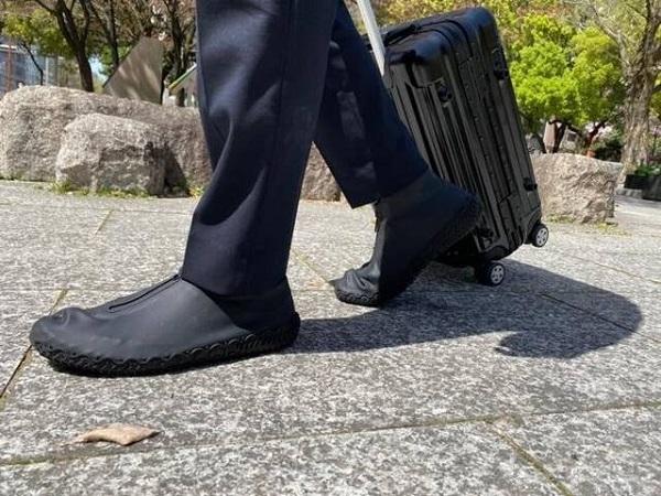 雨の日の悩みとおさらば!大切な靴を雨・泥から守る「吸盤付きレインシューズカバー」第2弾が登場
