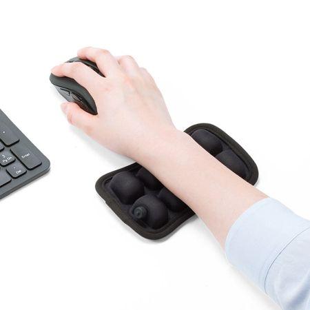 「PC作業中の手首が安定しない」と悩んでいる人に…高さや弾力を調節できるリストレストが登場!