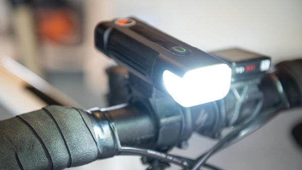 仕事帰りの夜道も安心!自転車ライト「One80BikeLight」Makuakeに登場、上下左右に光が拡散